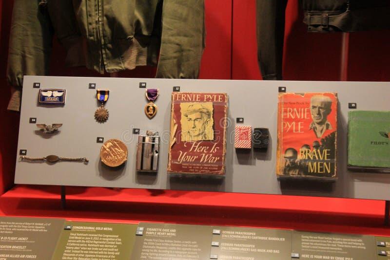 Mäktig utställning av medaljer för soldat` s och böcker, nationellt WWII-museum, New Orleans, 2016 royaltyfri foto