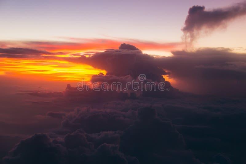 Mäktiga moln på soluppgång över Maldiverna öar slapp fokus royaltyfri bild
