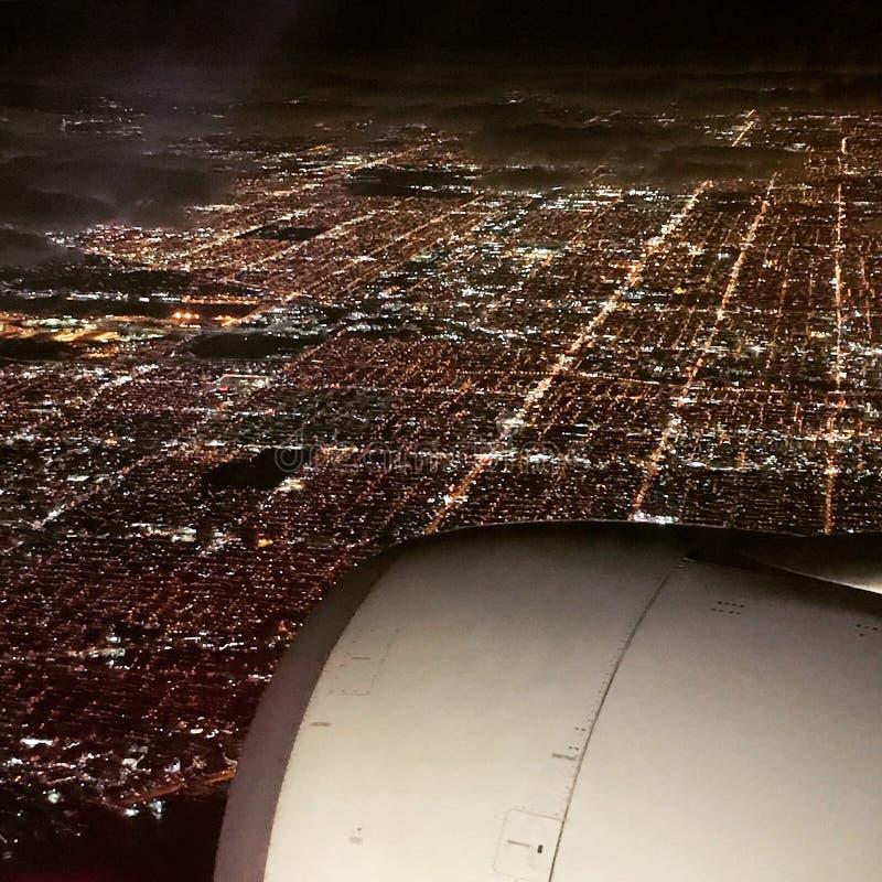 Mäktigt flygplanfönsterfotografi av Miami vid natt arkivbilder