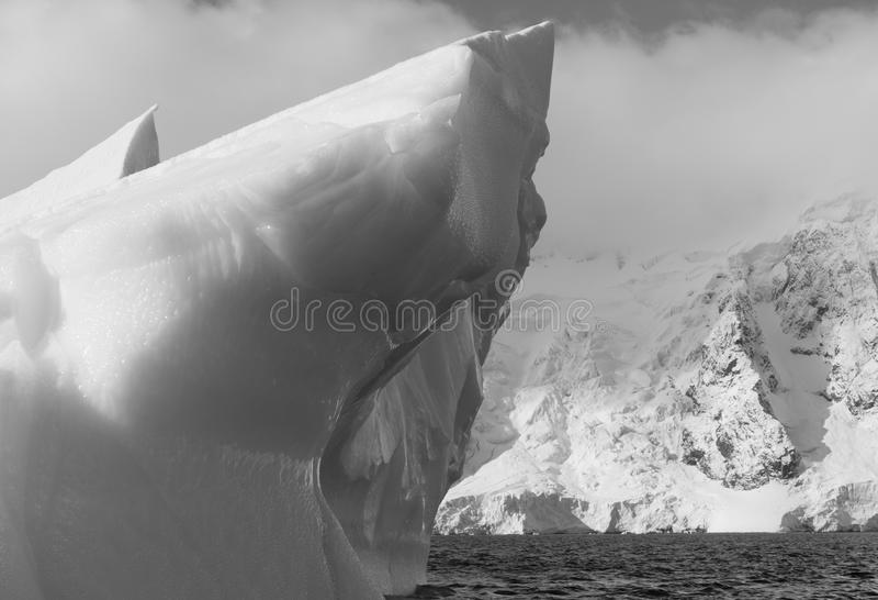 mäktigt isberg arkivbild