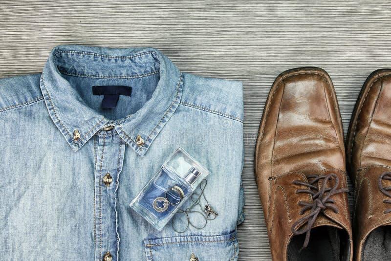 Män danar, Smart och tillfälliga dräkter, jeansskjorta arkivfoto