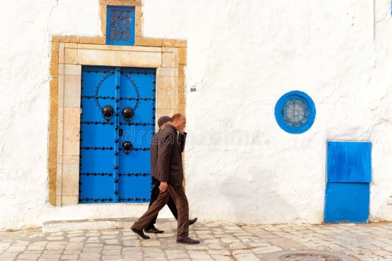 Män går i Medinaen av Sidi Bou Said, Tunisien arkivbilder