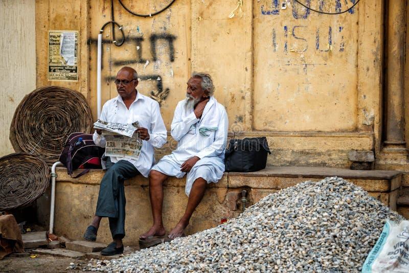 Män i gatorna av Varanasi royaltyfria bilder