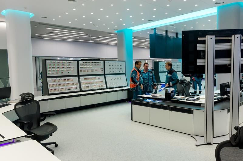 Män i kontrollrummet på fabriken av polypropen arkivbild