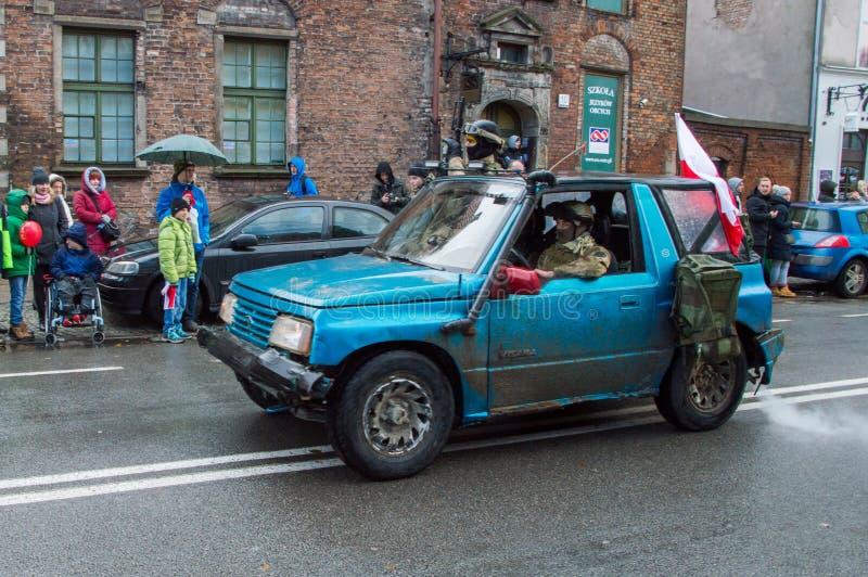 Män i militär likformig inom bilen på den nationella självständighetsdagen i Gdansk i Polen Firar den 99th årsdagen av självständ arkivfoton