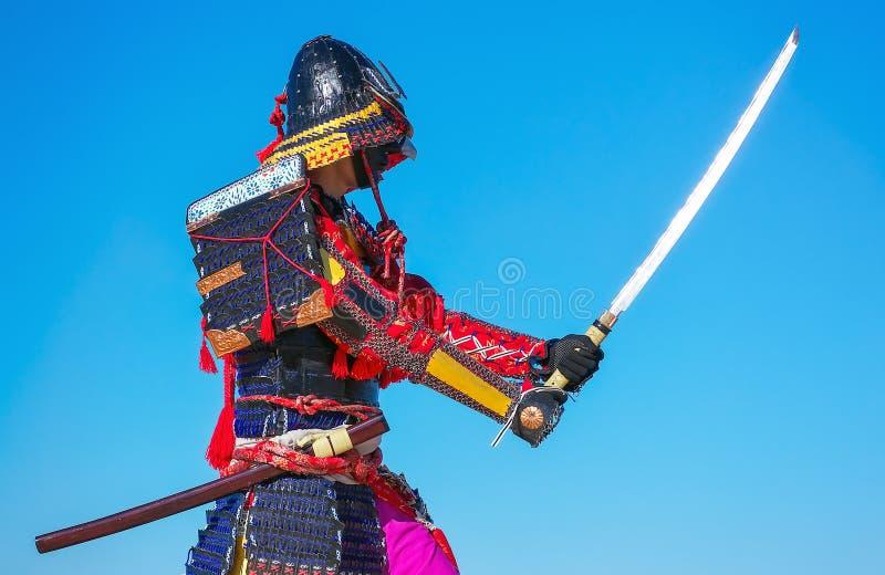 Män i samurajer armerar med svärdet på bakgrund för blå himmel arkivfoto