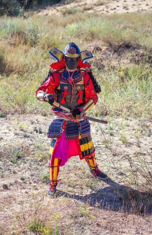 Män i samurajpansar med svärdet royaltyfria foton