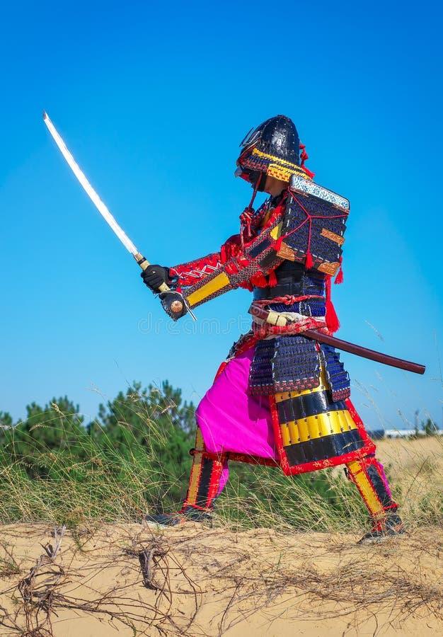Män i samurajpansar med svärdet fotografering för bildbyråer