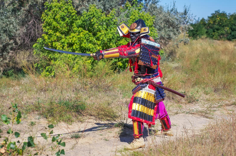 Män i samurajpansar med svärdet royaltyfria bilder