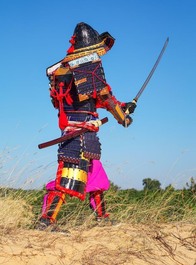 Män i samurajpansar med svärdet arkivfoton
