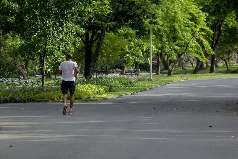 Män kör i parkerar arkivfoton