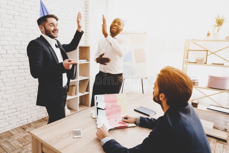 Män klistrade klistermärken på kollegans bärbar dator i regeringsställning arkivbilder