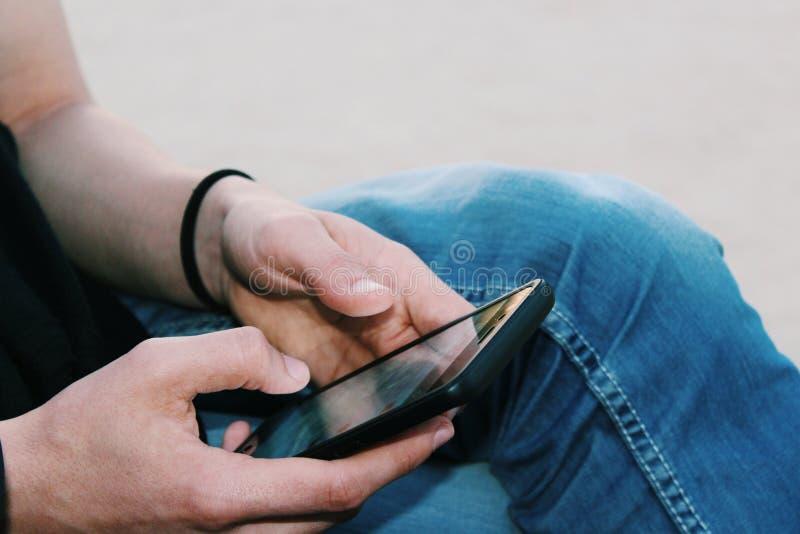 Män med en mobiltelefon arkivfoton