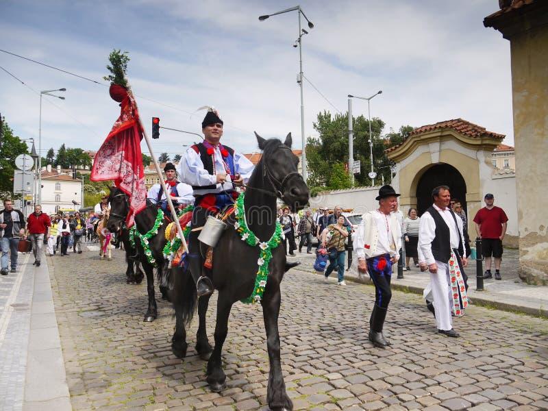 Män och hästar, kulturell festival Prague royaltyfri bild