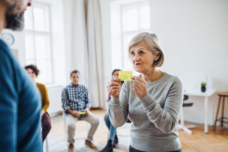 Män och kvinnor under gruppterapi som uttrycker negativa sinnesrörelser fotografering för bildbyråer