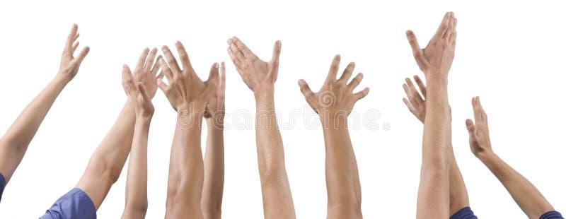 Män och kvinnors händer som lyfts upp arkivbild