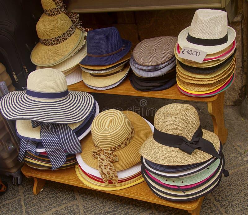 Män och kvinnors tillfälliga hattar royaltyfri foto