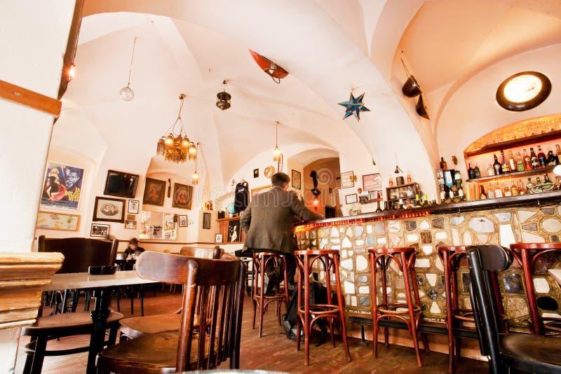 Män sitter inom restaurangen med alkoholmenyn royaltyfri bild