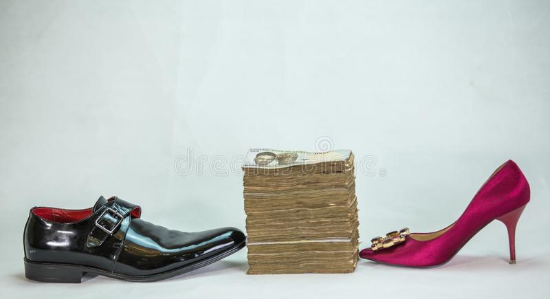 Män sko och kvinnaskon med packen av nairaen noterar kassa för lokala valutor royaltyfria bilder