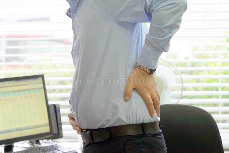 Män smärtar på lägre baksida arkivbilder