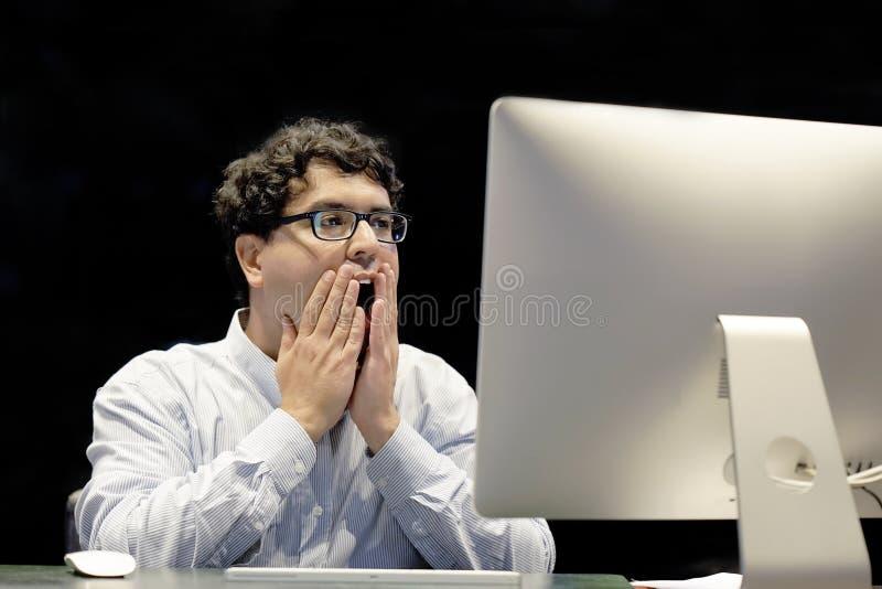 Män som är stressade ut på arbete arkivfoto