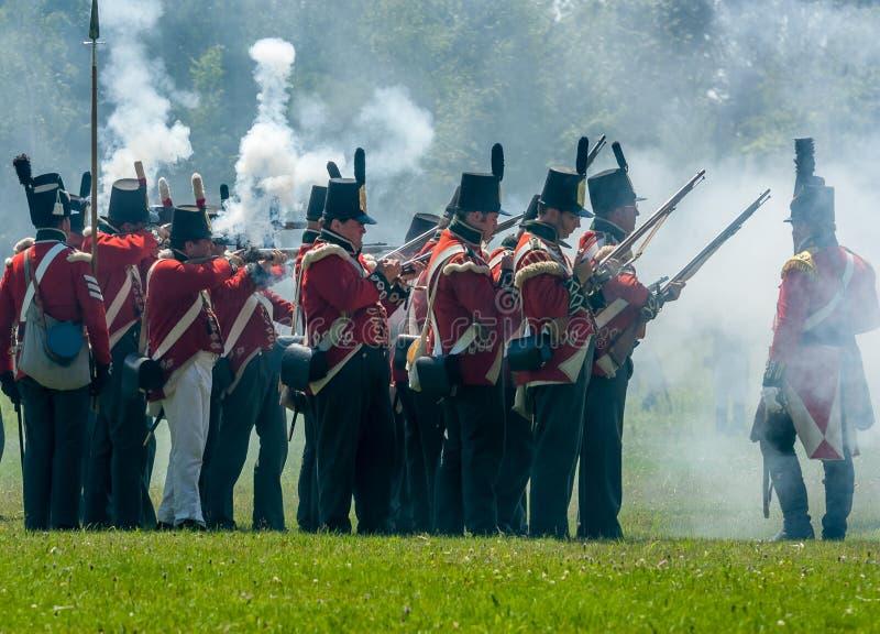 Män som avfyrar vapen under Reenactment royaltyfri foto