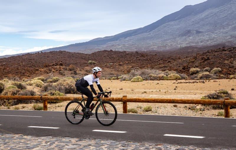 Män som cyklar vägcykeln arkivfoton