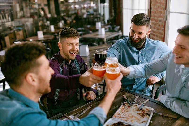 Män som dricker öl i bar royaltyfri fotografi