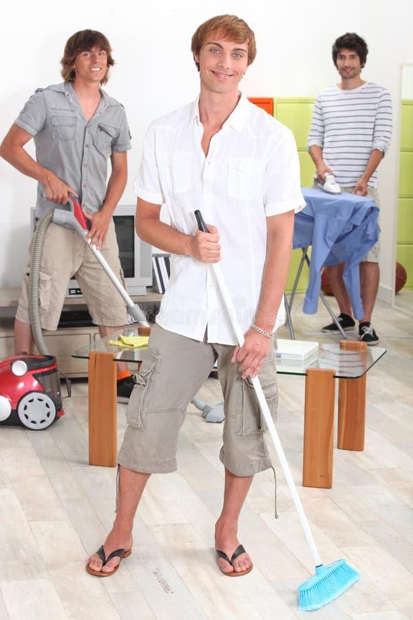 Män som gör hushållsysslor royaltyfri foto
