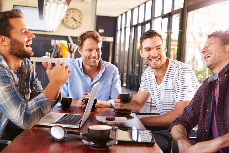 Män som har gyckel på en coffee shop arkivbilder