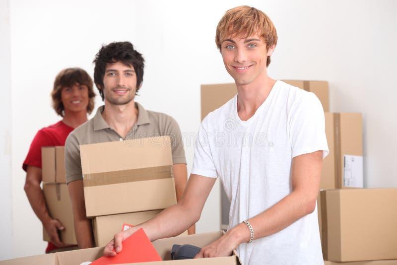 Män som home flyttar sig royaltyfri bild