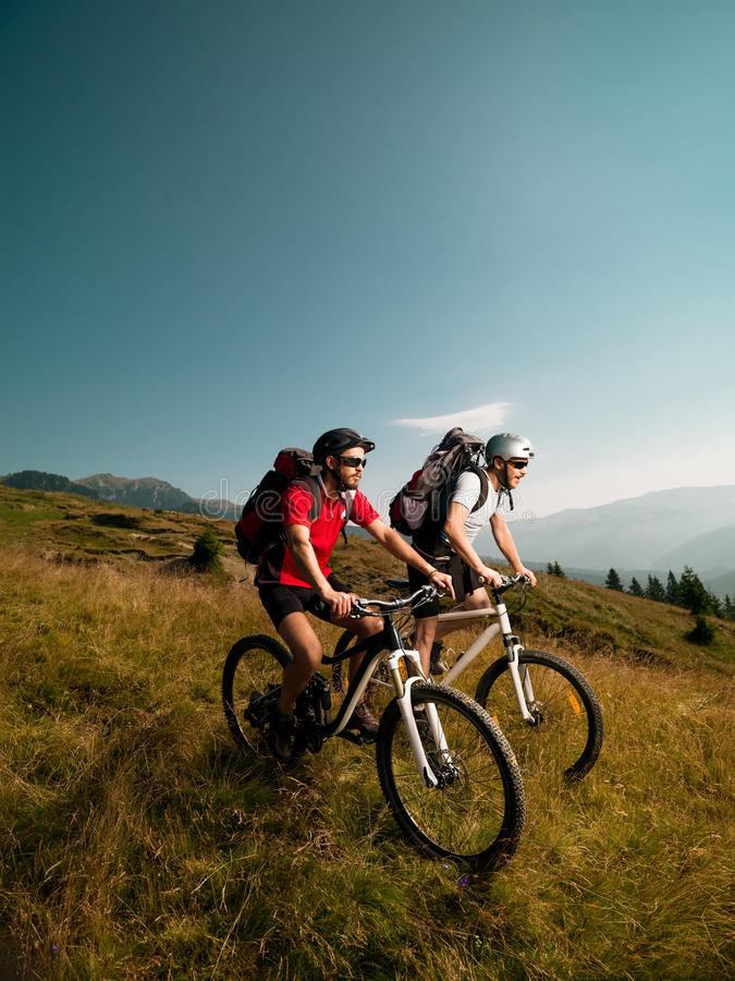 Män som rider mountainbiken arkivbilder