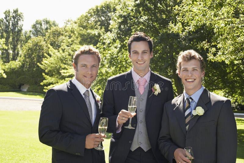 Män som rymmer Champagne Flutes At Wedding arkivfoto