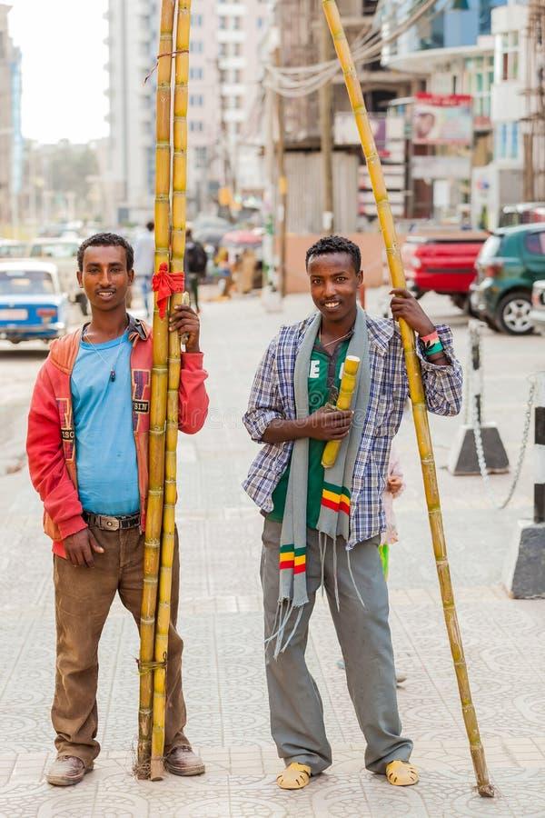Män som säljer sockerröret på gatan royaltyfri bild