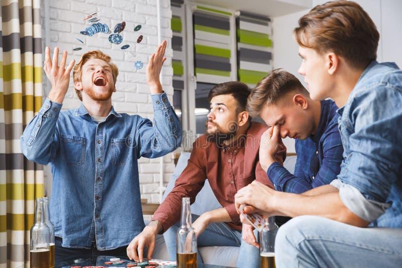Män som spelar den hemmastadda vinnaren för pokerlek tillsammans royaltyfri foto