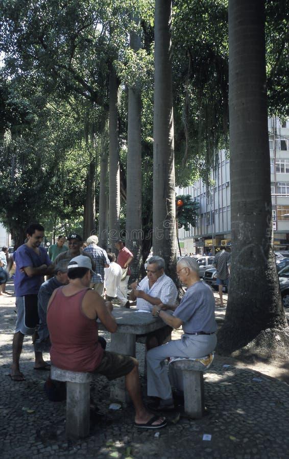Män som spelar kort i Rio de Janeiro, Brasilien arkivbild
