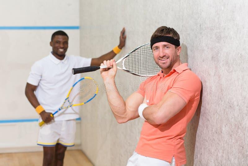 Män som spelar squash arkivfoto