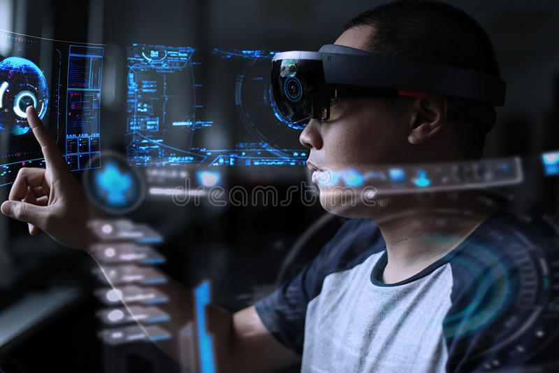 Män som spelar virtuell verklighet med hololens fotografering för bildbyråer