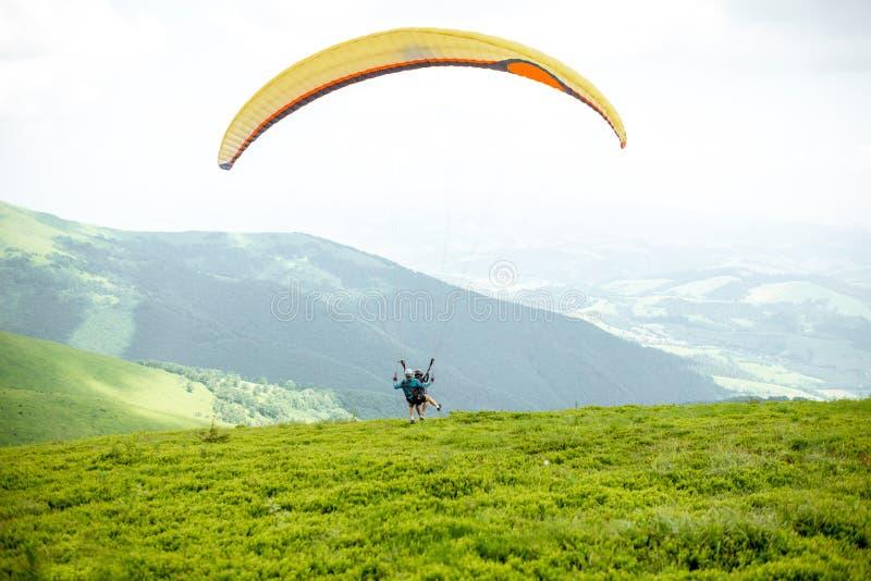 Män som startar ett paragliderflyg royaltyfri foto