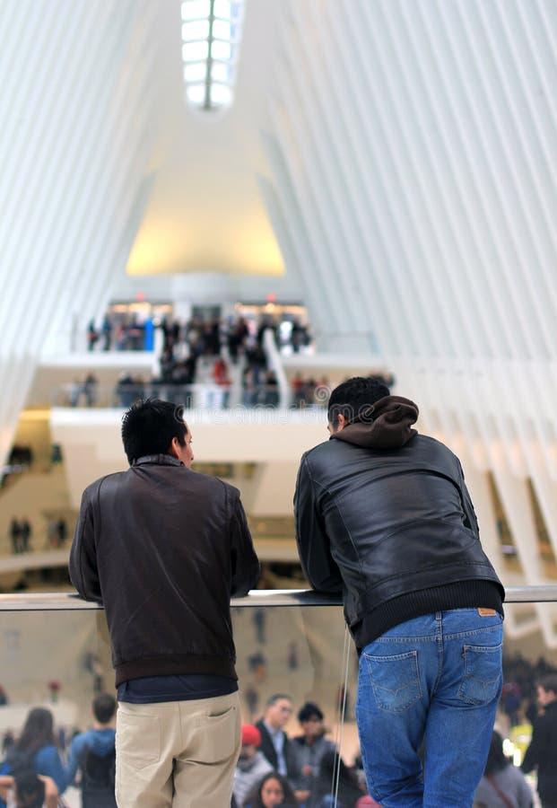 Män som stirrar ut över balkong fotografering för bildbyråer