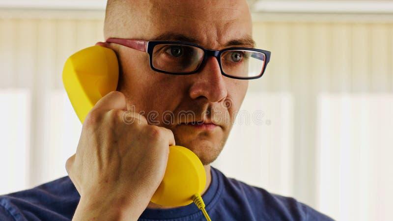 Män som talar telefonen royaltyfri fotografi