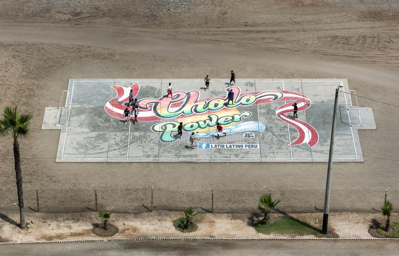 Män spelar fotboll på en konkret grad på Lima i Peru royaltyfria foton