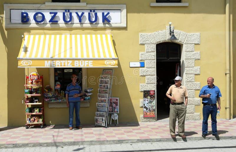 Män står utanför shoppar arkivfoton