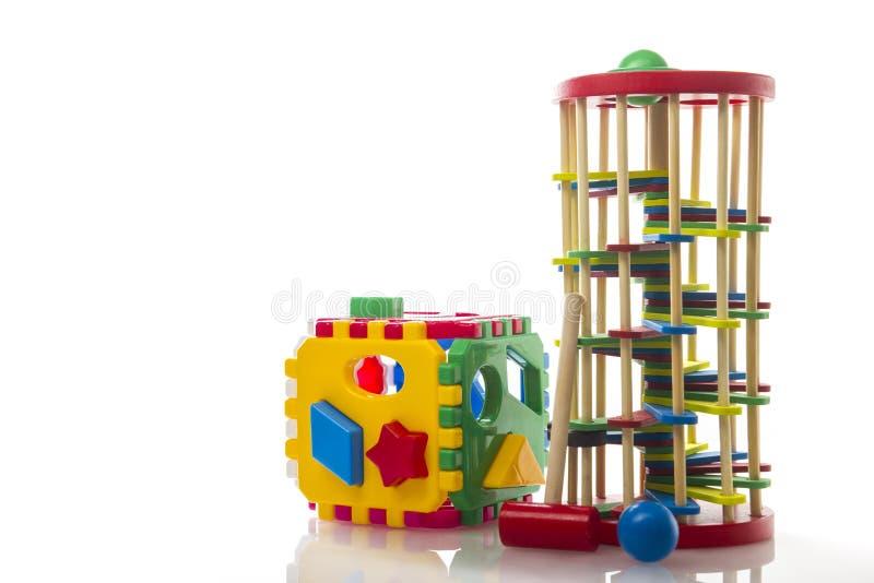 Mängd barnleksaker isolerade på vit bakgrund arkivbild