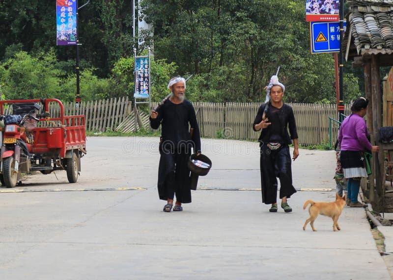 Männen som tar vapen i byn för lodisSha miao, guinzhoulandskap, porslin arkivfoto