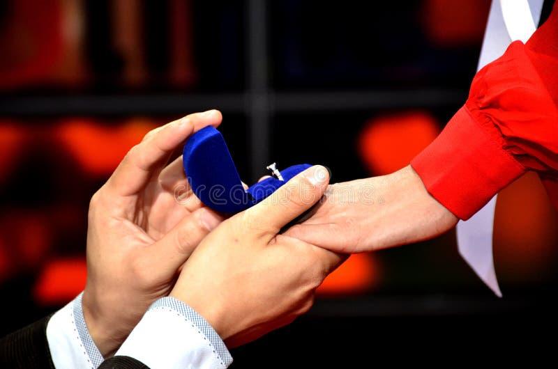 Männer öffnen einen Diamantringkasten lizenzfreie stockfotografie