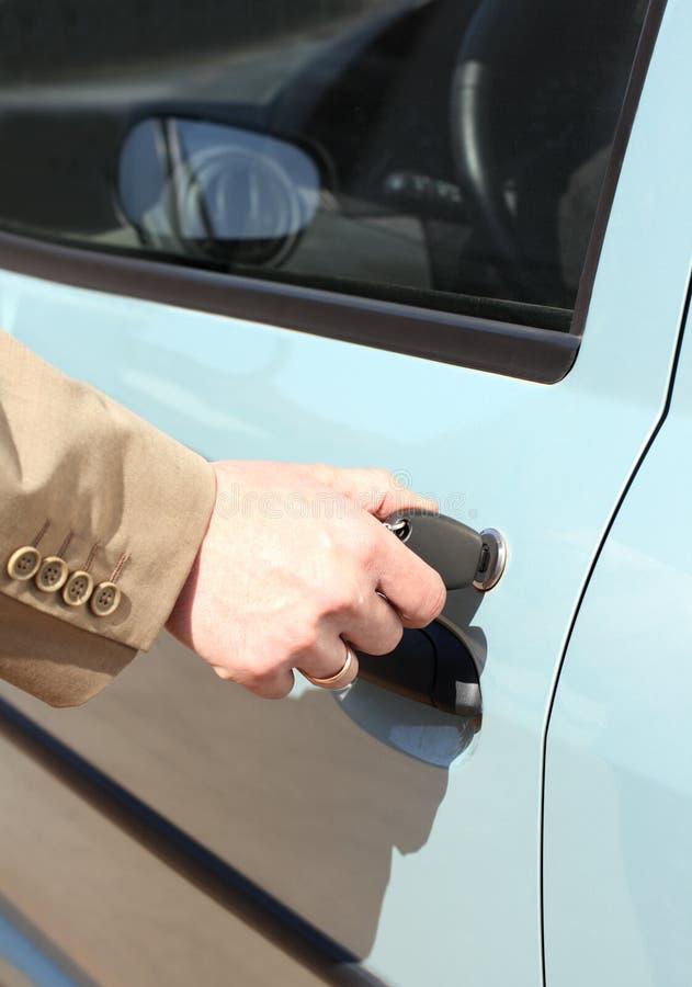 Männer übergeben mit Schlüsselgroßraumwagentür lizenzfreie stockfotografie