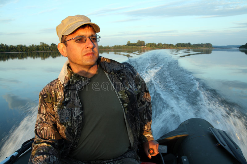 Männer auf Boot mit Motor stockbilder
