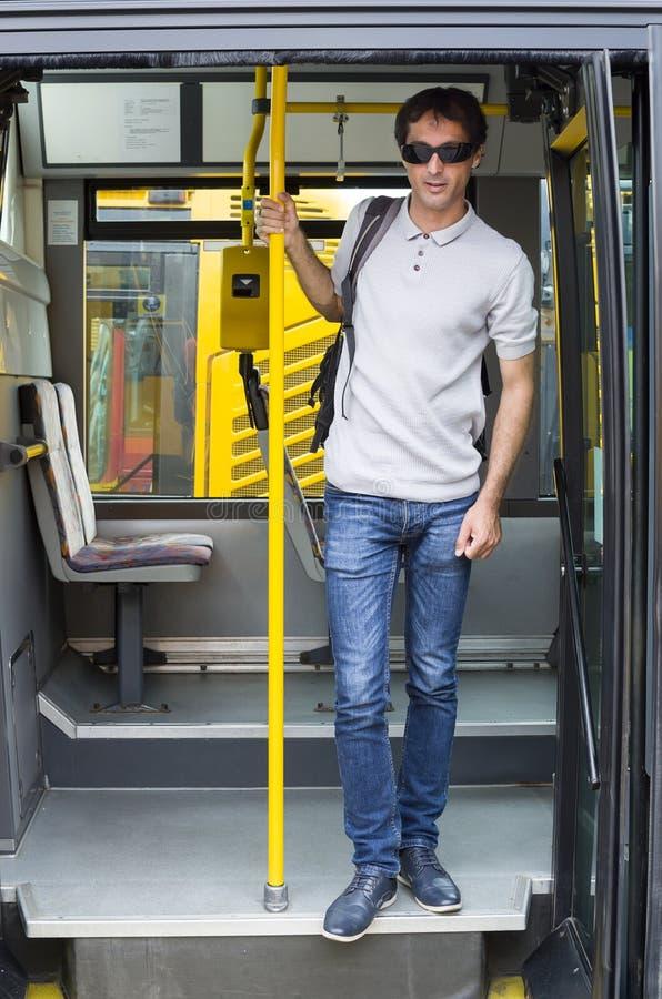 Männer auf dem Bus der öffentlichen Transportmittel lizenzfreie stockbilder