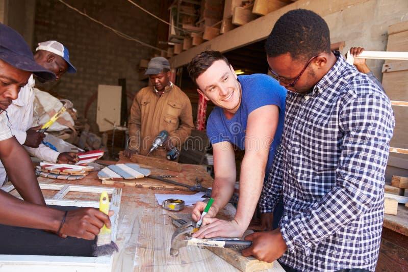 Männer bei der Arbeit in einer Zimmereiwerkstatt, Südafrika stockbilder